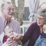 ¿Cómo afecta la pérdida auditiva en las personas mayores?