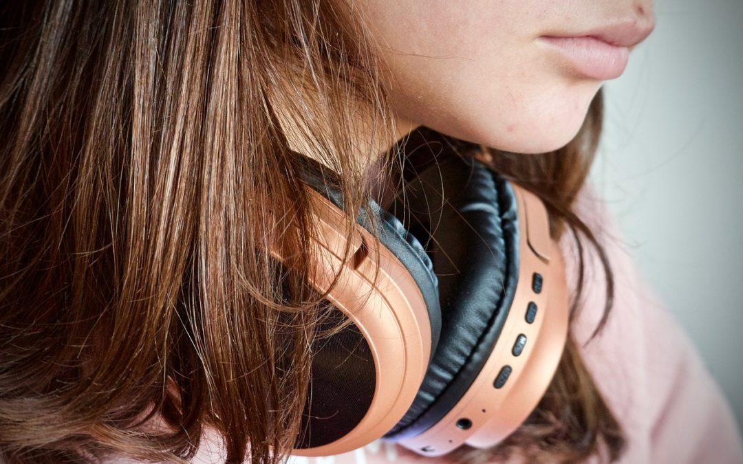 Aumentar el volumen de los auriculares demasiado es un riesgo