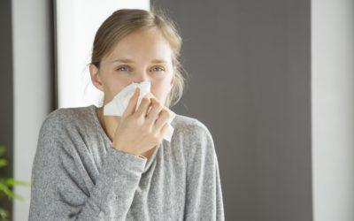 ¿Cómo diferenciar la rinitis alérgica de un resfriado común?